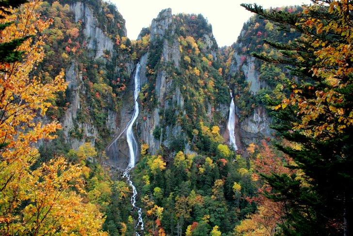 不動岩の左右を流れる二つの滝を、同時に見ることができる「双瀑台」
