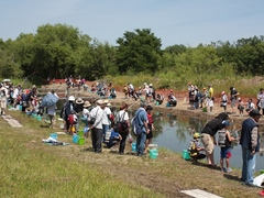 河川敷で実施される「ちびっこ・やまめ釣り体験」