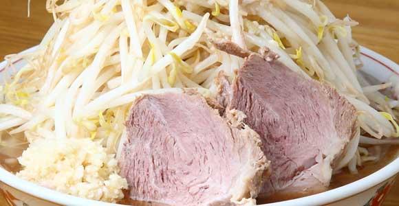「シャカ豚(普通)」700円。さらに麺や豚(チャーシュー)の増量(有料)も可能