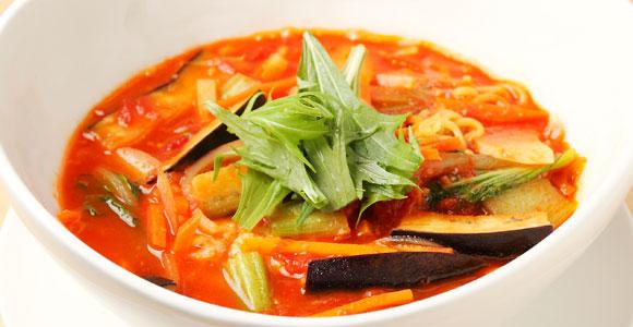 野菜たっぷりの「トマト麺」700円。チリ味、マサラ味のバリエーションもあり
