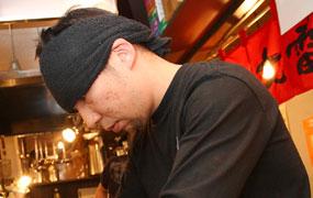 新メニュー開発に余念がない店主・大村哲也さんを支えるスタッフの川井治さん
